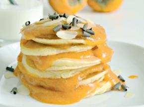 Pancakes allo yogurt con salsa di cachi