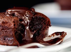 Tortino morbido al cioccolato e meringhe al cioccolato