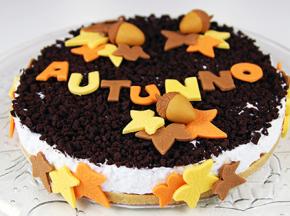 Torta biscotto con decorazioni autunnali in pasta di zucchero