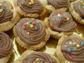 cestini di frolla con ripieno di nutella decorati con crema al cioccolato