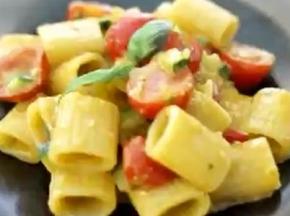 mezze maniche con pesto di peperoni e zucchine