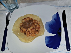 Gnocchi con sugo porcini e speck in cestino di parmigiano reggiano