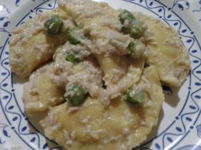 Ravioli di patate con ragù di pollo e asparagi