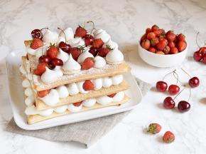 Millefoglie con crema al latte, frutta e meringhe
