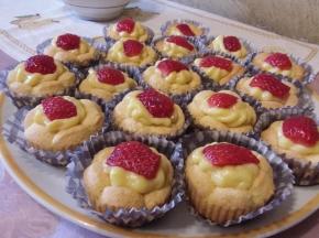 Cestini di frolla ripieni di crema pasticcera e frutta