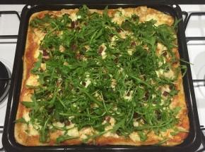 Pizza integrale con scamorza, speck e rucola