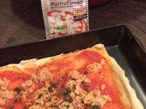 Pizza con tonno e prezzemolo