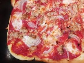 Pizza con pomodoro, tonno e cipolla