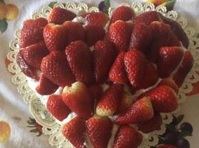 Torta romantica con fragole 🍓 e panna.
