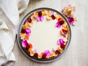 Tarte al pistacchio, confettura di lamponi e acqua di rose, ganache al cioccolato bianco