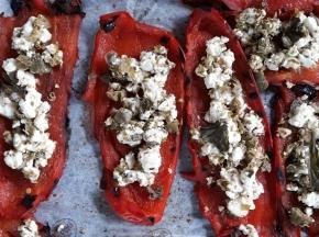 Peperoni grigliato alla festa, capperi e origano