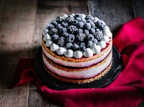 Torta con mousse al mascarpone e confettura di mirtilli e vaniglia