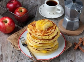 Pancakes con mele caramellate e caramello
