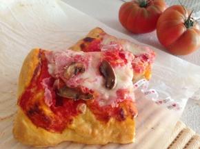 Quadrotti di pizza alta con prosciutto e funghi