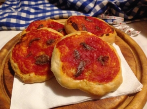 Pizzette rosse alle acciughe
