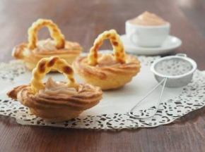 Cestini di zeppole al forno con crema pasticcera all'amarena