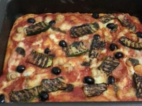 Pizza zucchine grigliate, olive e funghetti