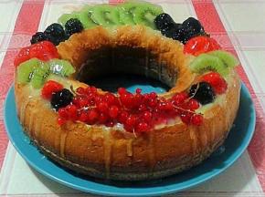 Ciambella con crema pasticcera e frutta fresca