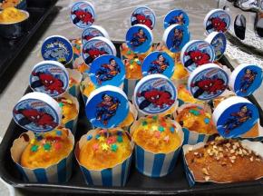 Muffin con gocce di cioccolato e stelline decorative