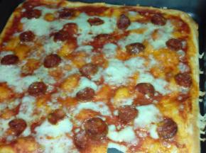 Pizza con mozzarella, caciocavallo e salame