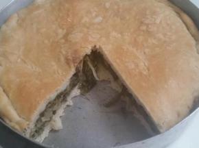 Torta salata con scarole, formaggio a pasta filata e olive nere