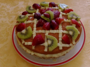 Torta crema pasticcera con decorazione di frutta fresca