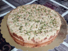 Sbriciolata con mascarpone e gocce di cioccolato, con granella di pistacchio in superficie
