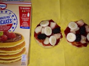 pancakes con marmellata e frutta
