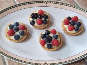 Pasticcini con crema pasticcera e frutti di bosco (senza forno)