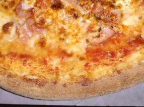 Pizza al formaggio prosciutto e salame