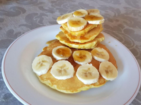 Pancake con banane e sciroppo d'acero