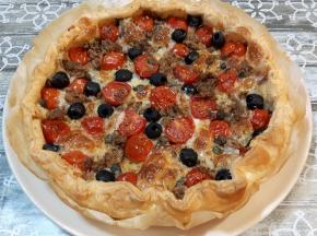 Torta salata con pomodorini, tonno e olive