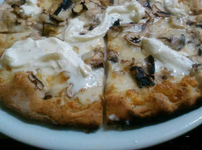 pizza ai 5 cereali con stracciatella e funghi