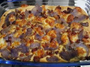 Pizza alta con patate viola, pancetta e rosmarino