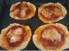 Pizzette al forno con mozzarella