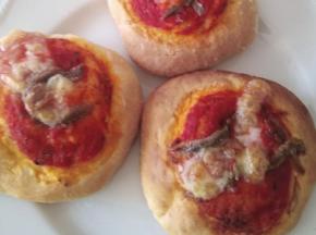 Pizzette pomodoro, acciughe e mozzarella