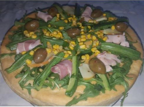 Pizza alta con ricotta, rucola, prosciutto, scamorza, zucchine, olive e mais