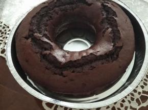 Ciambella al cacao con gocce di cioccolato e cuore di crema