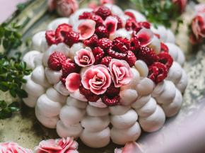 Pavlova all'acqua di rose, lamponi e litchi