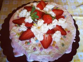 Torta con crema pasticcera e panna con fragole