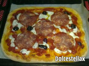 Pizza alta con salame e olive