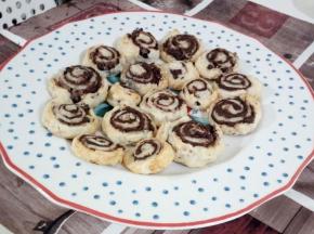 Girelle con crema pan di stelle e gocce di cioccolato