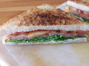 Tramezzino tostato al salmone affumicato