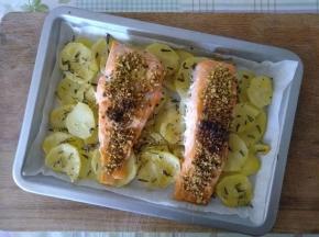 Salmone con patate e pistacchi