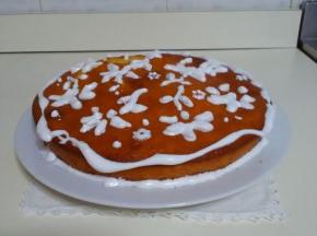 Torta semplice decorata con ghiaccia reale