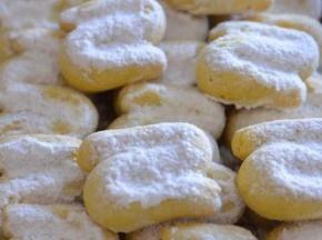 biscotti s con zucchero a velo