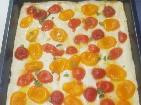 Focaccia morbida con pomodorini