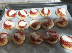 pizzette rosse con mozzarella