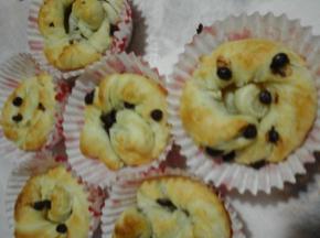 Muffin di sfoglia con gocce di cioccolato fondente