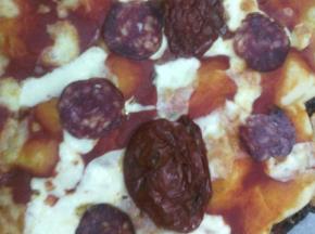Pizza pomodori sott'olio, stracchino e salame